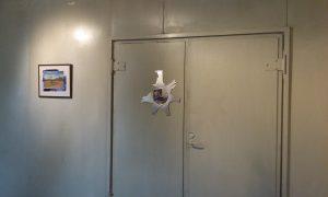 Pää poikki ja Kentän laidalla teokset sarjasta Löydetty Strömforsin ruukin Aulagalleriassa