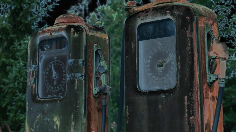 Kaksi punaista vanhaa bensapumppua. Kuva näyttää negatiivilta vaikka värit toistuvat kutakuinkin oikein vaikkakin vääristyneinä